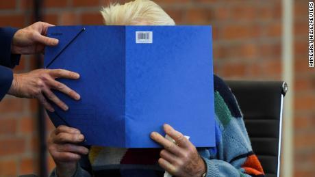Der 100-jährige ehemalige Wachmann des KZ Sachenhausen erschien vor dem Prozess im Gerichtssaal.