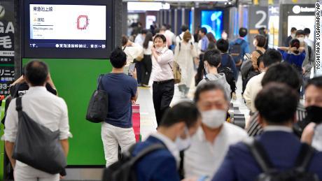 टोक्यो के जेआर शिम्बाशी स्टेशन के प्रवेश द्वार पर यात्रियों की भीड़ है क्योंकि गुरुवार को आए भूकंप के बाद ट्रेन सेवाओं को निलंबित कर दिया गया था।