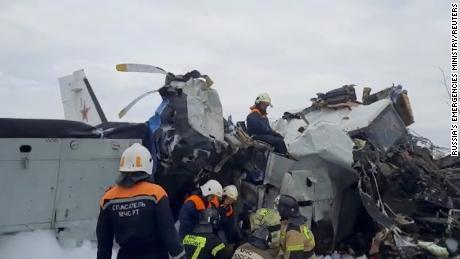 Especialistas en emergencias trabajan en el lugar del accidente de la L-410 cerca de la ciudad de Minselinsk en la República de Tartaristán, Rusia, el 10 de octubre.