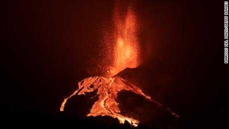 Die Lava fließt am 10. Oktober in La Palma, nachdem ein Teil des Spermas des Vulkans Gumbre Viza eingestürzt ist.