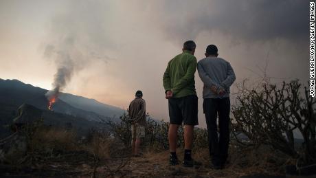 Am 10. Oktober beobachten die Menschen, wie der Vulkan ausbricht und dabei Asche und Rauch ausstößt.