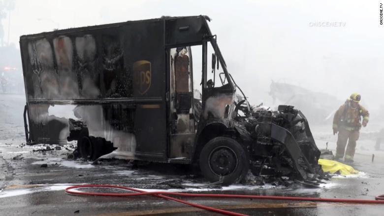 UPS driver bị máy bay đụng chết 211011173509-02-san-diego-plane-crash-1011-ups-truck-exlarge-169