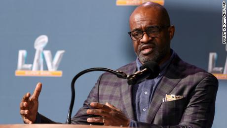Smith fala durante uma conferência de imprensa antes do Super Bowl 55.