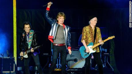 Ронни Вуд (слева), Мик Джаггер и Кейт Ричардс (справа) из Rolling Stones, на фото в сентябре.